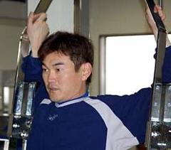 ウエートトレーニングをする岩瀬仁紀=鳥取市内のトレーニングジム