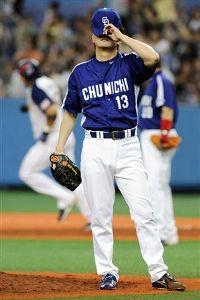 9回裏、カブレラ(左)に逆転サヨナラ本塁打を浴びた岩瀬仁紀=京セラドーム大阪