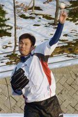 キャッチボールをする岩瀬仁紀=鳥取県コカ・コーラウエストスポーツパーク
