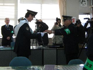署内で一日署長任命式で任命証を受け取る岩瀬仁紀