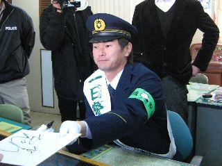 制服姿でファンにサインをする岩瀬仁紀