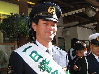JR下呂駅前でイベントを行った岩瀬一日警察署長