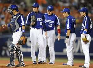 5回裏、横浜打線に打たれた川井進(左から2人目)のもとに集まる中日ナイン=横浜