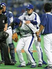 3回表、広島・末永の打球が左脚に当たり、新井良太に背負われて交代する川井雄太=ナゴヤドーム