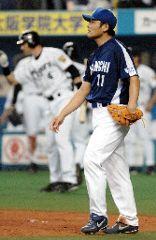 3回裏、阪神・金本に2点適時打を浴びた中日先発の川上=京セラドーム