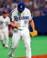 川上憲伸は7回2死一、三塁のピンチで鈴木尚を遊ゴロに打ち取りガッツポーズ=ナゴヤドーム