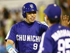 9回表、2アウト代打井上一樹が藤川球児から同点本塁打を放つ=甲子園