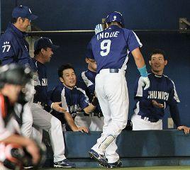 6回表、ソロ本塁打を放った井上を迎える中日ナイン=秋田