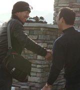 1日遅れでV旅行に合流した井上一樹(左)は石嶺コーチと握手