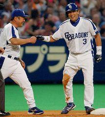 6回裏、満塁で走者一掃の三塁打を放った中日の代打・立浪(右)は高代コーチと笑顔でタッチ=ナゴヤドーム