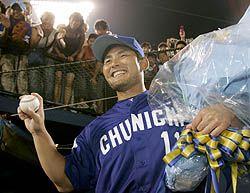 通算100勝目を挙げ、ウイニングボールを手に笑顔の川上憲伸=横浜
