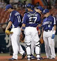 8回裏、相川に勝ち越し二塁打を打たれ降板する川上憲伸(左端)=横浜