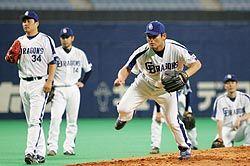 日本シリーズに向け調整する川上(中央)ら中日の投手陣=ナゴヤドーム