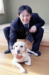 盲導犬とのツーショットにご機嫌の川上憲伸=名古屋市港区の盲導犬総合訓練センター