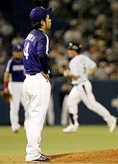 5回裏、ガイエル(右)に2打席連続本塁打を浴びた先発・朝倉健太=神宮