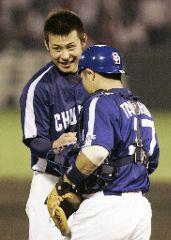 完投で10勝目を挙げ、谷繁と握手する朝倉=広島