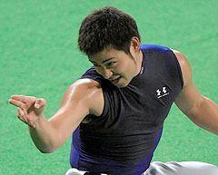 巨人戦に向けた調整で、「ストライク!」と球審の真似をしておどける朝倉健太=ナゴヤドーム