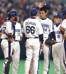 7回表、落合監督が朝倉に降板を告げる=ナゴヤドーム