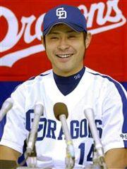 8月の月間MVPに選ばれ、記者会見で笑顔を見せる朝倉健太投手=5日午後、ナゴヤドーム