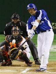 6回表無死一塁から小池が左中間に逆転2ランを放つ=東京ドーム