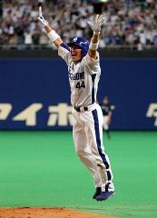 9回裏、サヨナラ打を放ち一塁ベースでジャンプして喜ぶ小池正晃=ナゴヤドーム