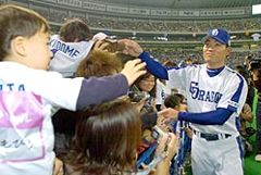 中日ドラゴンズファン感謝デーで、ファンと握手する福留孝介=25日、ナゴヤドーム