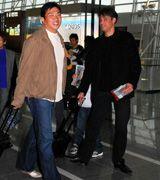 優勝旅行に出発する中日の山本昌(左)とデニー友利=中部国際空港