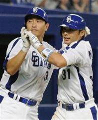 4回裏、2ランを放った森野将彦(右)を迎える二塁走者の山本昌=ナゴヤドーム