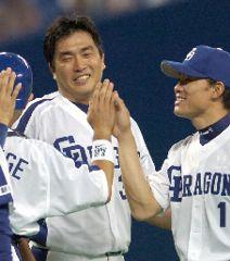 2年ぶりとなる完封勝利を挙げ、福留(右)ら中日ナインから祝福される山本昌=ナゴヤドーム
