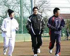 200勝へ向けスタートした山本昌(中央)=日大藤沢高グラウンド