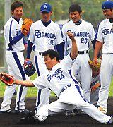山本昌(手前)は若手に負けじとボールに飛びつく=北谷球場