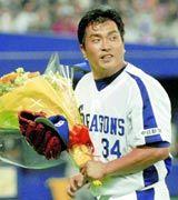 通算500試合登板を達成し花束を手にする山本昌=ナゴヤドーム