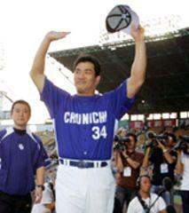 10勝目を挙げた山本昌は試合後、ファンの声援に応える=甲子園