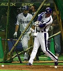 打撃練習を行う李炳圭、左奥は森野将彦=東京ドーム