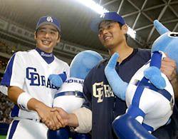 逆転3ラン本塁打の森野将彦(左)と5勝目を挙げた川上憲伸=ナゴヤドーム