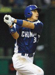 9回表、中日1アウト一、二塁で森野がライトスタンドへ勝ち越し3点本塁打を放つ=東京ドーム