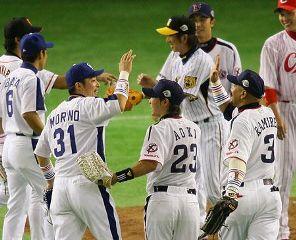 全パに4対0で快勝し、喜ぶ全セの選手たち。MVPのラミレス(ヤクルト、手前右)と代打本塁打の森野(中日、同左)がハイタッチ=東京ドーム