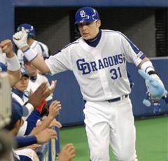 4回裏、2試合連続本塁打を放ちナインに祝福される森野将彦=ナゴヤドーム