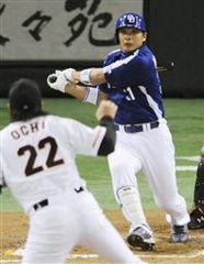 10回表、1死一、三塁から森野が左中間に勝ち越しの2点三塁打を放つ。投手越智=東京ドーム