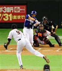 7回表2死一塁から森野が右中間に勝ち越し2ランを放つ。投手オビスポ=東京ドーム