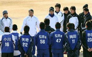 合同自主トレ初日、円陣を組み話をする森野将彦選手会長(中央)=ナゴヤ球場