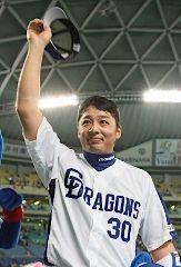 逆転打を放ちお立ち台でファンの声援に応える森野将彦=ナゴヤドーム