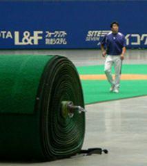 人工芝が撤去されていたナゴヤドームで練習する山本昌