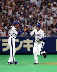 4回裏 左中間にプロ1号となる同点2ランホームランを放った中川裕貴=ナゴヤドーム