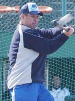 自主トレで打撃練習を行う中村紀洋=岡山・玉野総合運動公園野球場