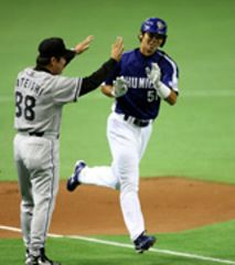 1回表、中村一(右)が2ランを放ち、三塁を回る=東京ドーム