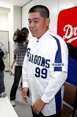 背番号99のユニホームを着て、笑顔を見せる中村紀洋内野手=23日、ナゴヤ球場