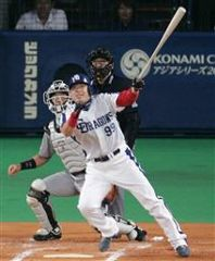 1回裏、右中間へタイムリー2塁打を放った中村紀洋=ナゴヤドーム