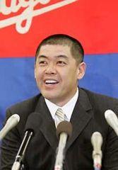 契約更改を終え、笑顔で記者会見する中村紀洋=29日午後、名古屋市中区