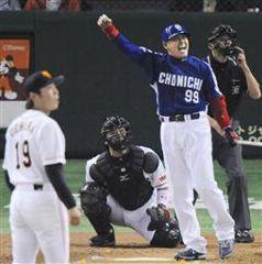 9回表、中村紀洋がレフトスタンドに決勝ソロを放ちガッツポーズ。投手上原、捕手阿部=東京ドーム